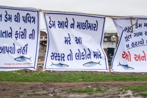 "Slogans against Bhadbhut Barrage say: ""The Dam will kill the fishers: This government is killing people"""