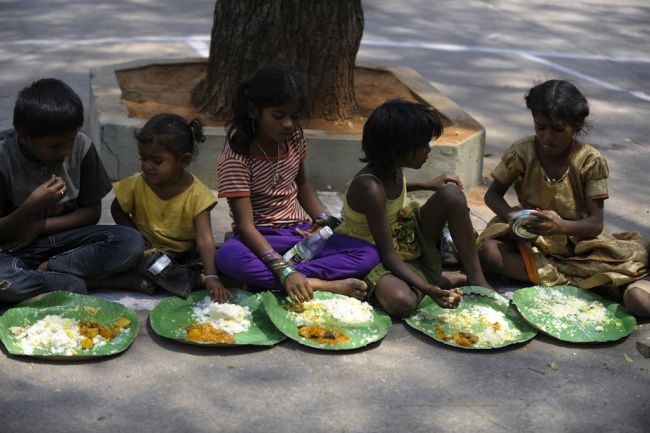 130528_indian_children_eating