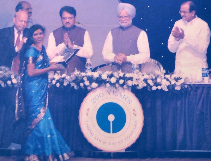 Shashikala Narole receives the awrd from the Prime Minsister