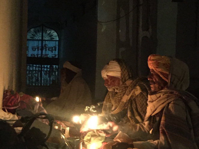 parikramavasis-performing-the-daily-aarti-in-a-temple