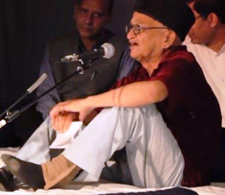 Asrar Jamayee in a Mushaira